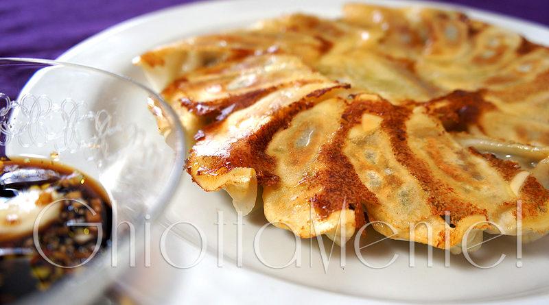 Dumpling jiaozi cinese fritti surgelati con salsa for Ricette asiatiche