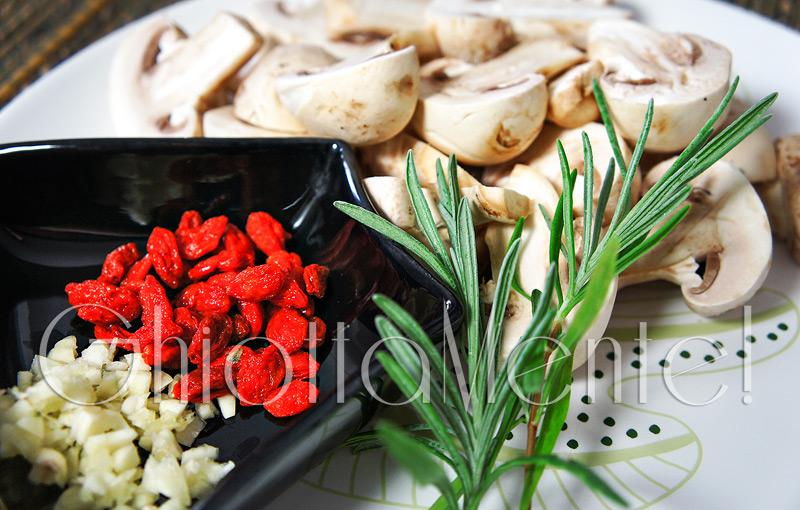 Saute-funghi-goji-aglio-01a800