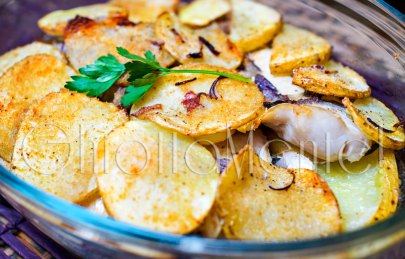Filetti di merluzzo al forno con cipolla patate e capperi - Pesce su letto di patate ...