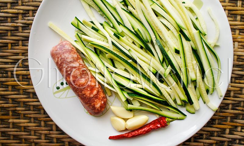 pasta-piccante-salsiccia-zucchine-aglio-sausage-zucchini-garlic-01-800