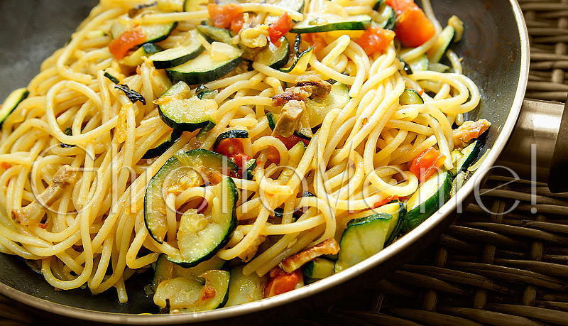 pasta-spaghetti-pomodorini-zucchine-pancetta-curcuma-01-800